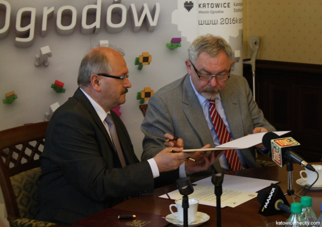 Mayors of Katowice and Cracow, Piotr Uszok (on the left) and Jacek Majchrowski (on the right) sign a letter of intent for cooperation in the area of culture